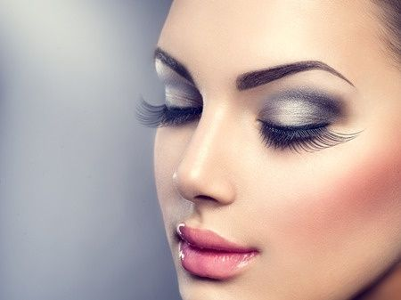 Model with lash extensions